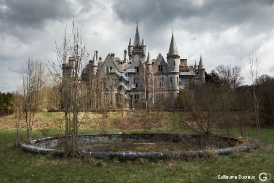 Photo du « château errant » et de son parc à l'abandon